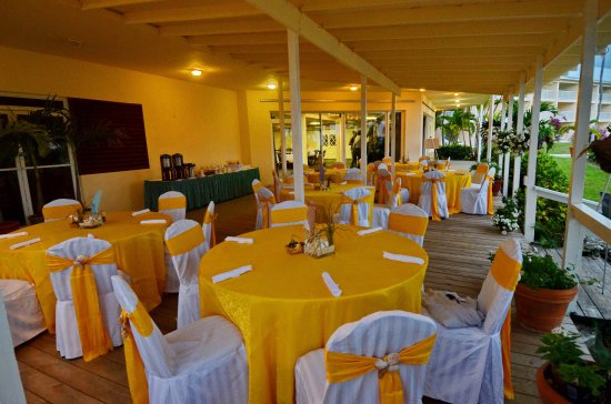 Abaco Beach Resort and Boat Harbour Marina: Below Decks Terrace