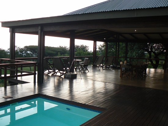 Lavumisa, Swaziland: Pool and large covered deck area 180˚ view, great dining outdoor area
