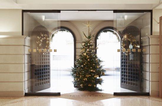 ذا هالكين باي كومو: Halkin Christmas Entrance
