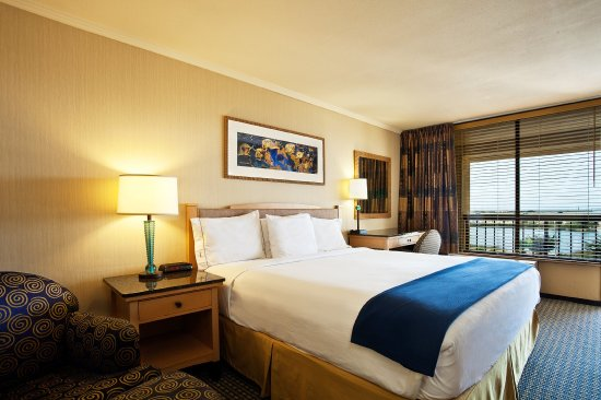 Seaside, CA: Relax and reacharge in one of our spacious king rooms