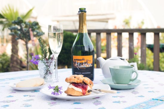 Herstmonceux, UK: Afternoon tea with bubbles