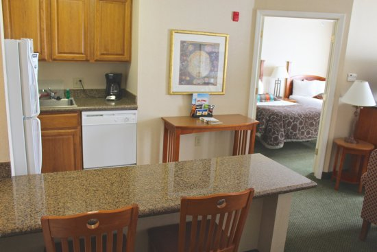 Staybridge Suites Grand Rapids/Kentwood: Breakfast Bar and Kitchenette
