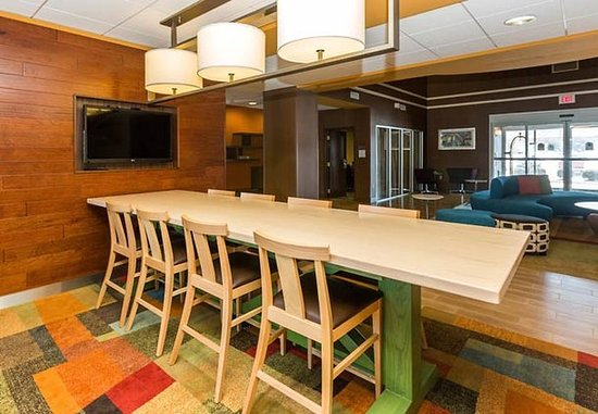 Fairfield Inn & Suites Des Moines West: Farm Table