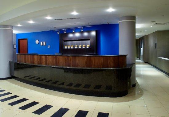 Courtyard Dayton-University of Dayton: Front Desk