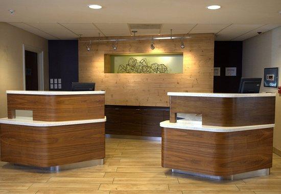 Courtyard Atlanta Northlake: Front Desk