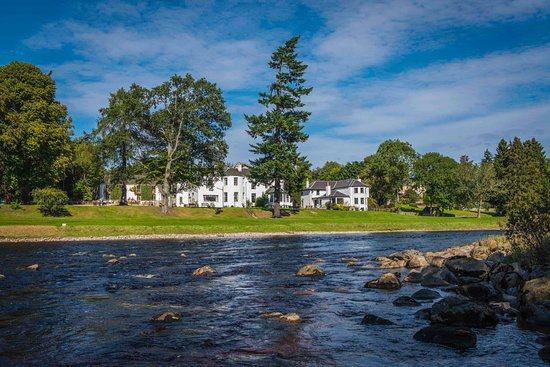 Banchory, UK: View of hotel from other side of River Dee