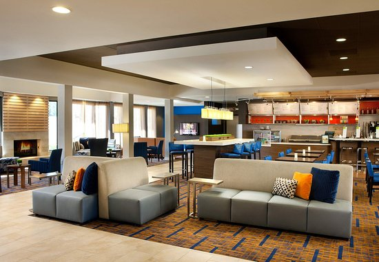 Laguna Hills, Californien: Lobby - Communal Tables and The Bistro