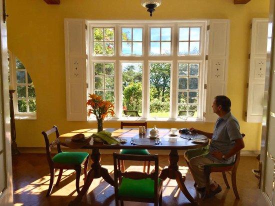 Deltota, Sri Lanka: Sunny breakfast room looking out onto the gardens