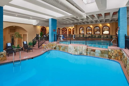 Embassy Suites By Hilton Hotel Kansas City   Plaza: Indoor Pool With  Loungers