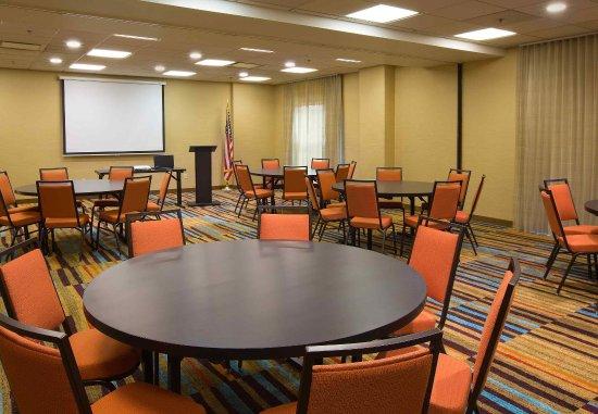 Fairfield Inn & Suites Columbus OSU: Scarlet & Gray Meeting Room - Rounds Setup
