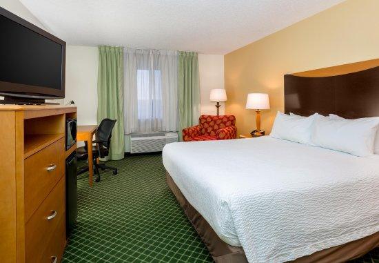 Fairfield Inn by Marriott Dayton Fairborn: King Guest Room - Sleeping Area