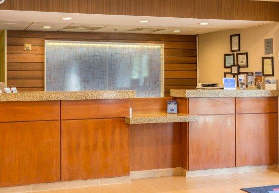 Fairfield Inn & Suites Columbus: Front Desk