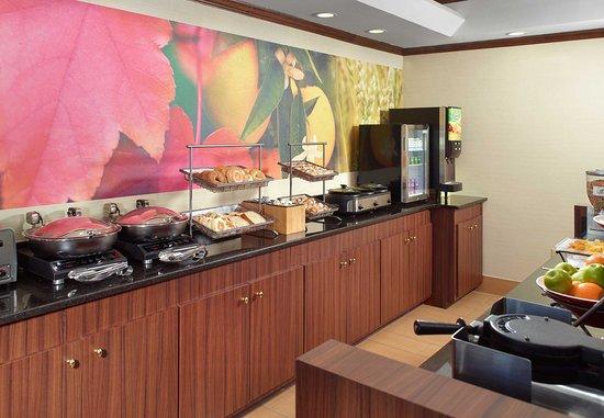 Fairfield Inn & Suites Clarksville: Breakfast Buffet