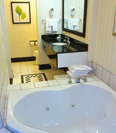 Fairfield Inn & Suites Beloit: King Whirlpool Suite Bathroom