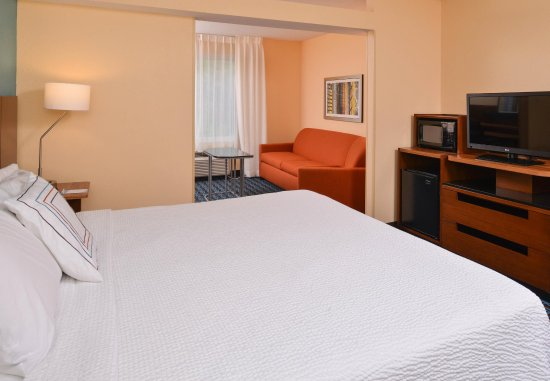 Saint Charles, MO: King Suite Guest Room