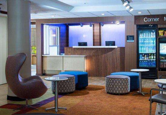 Fairfield Inn & Suites Fort Myers Cape Coral: Front Desk