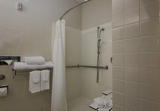 Warren, OH: Accessible Guest Bathroom