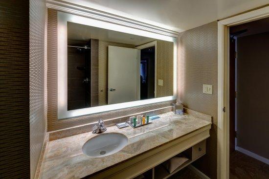 Fairlawn, OH: Guest Bathroom