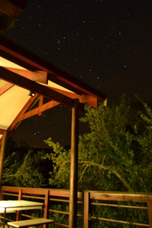 Dullstroom, África do Sul: log cabin porch at night