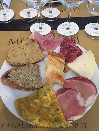 Montefalco, Italië: Look at this spread.