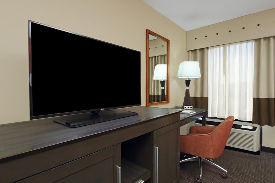 Hampton Inn Columbus Airport: Guest Room Desk Area