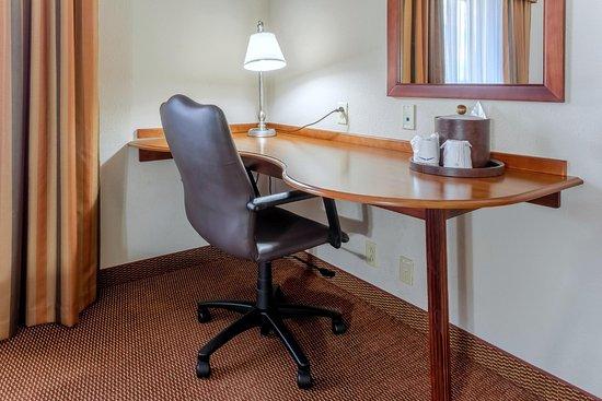 Hampton Inn Madison: 2 Queen Room Desk