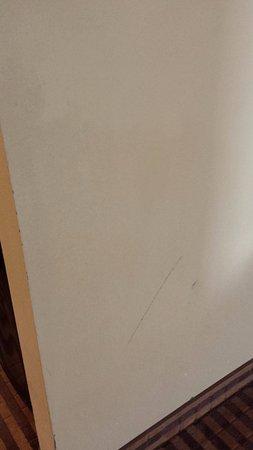 Comfort Inn: Dirty wall