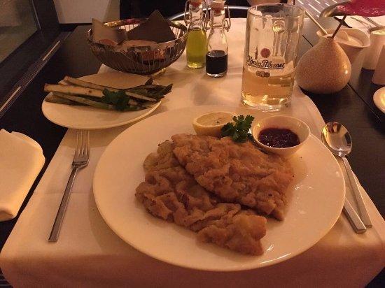 andel's by Vienna House Berlin: Sonderwunsch (Wiener Schnitzel mit grünem Spargel) wurde sofort erfüllt