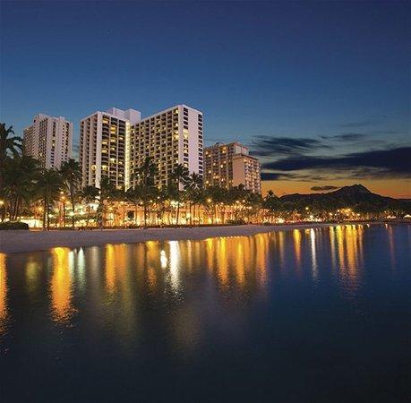 Waikiki Beach Marriott Resort & Spa: MARRWaikiki Exterior At Dusk