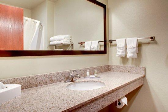Orrville, OH: Guestroom Bathroom