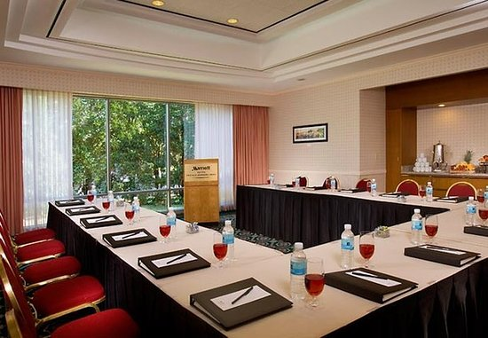 Downers Grove, IL: Intimate Meeting Space