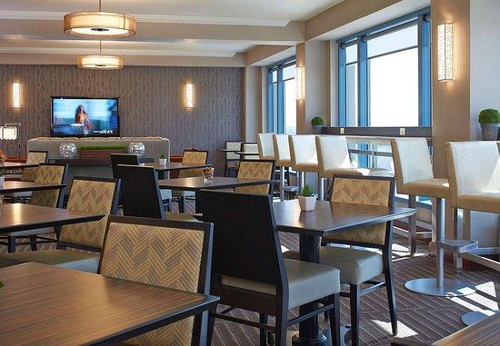 Pewaukee, WI: Concierge Lounge