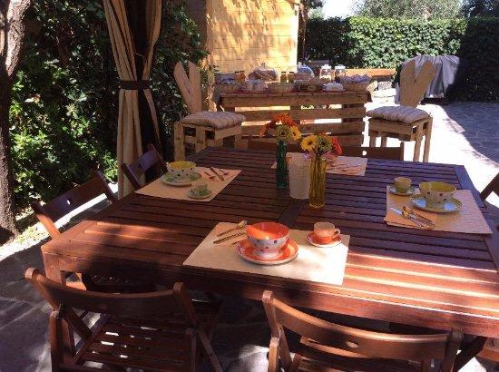 Castellina Marittima, Italia: la prima colazione servita in giardino