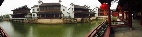 Hengdian Mingqing Folk House Expo City: 當天下雨,幾乎沒有遊人,四處煙雨濛濛,別有一番韻味⋯⋯