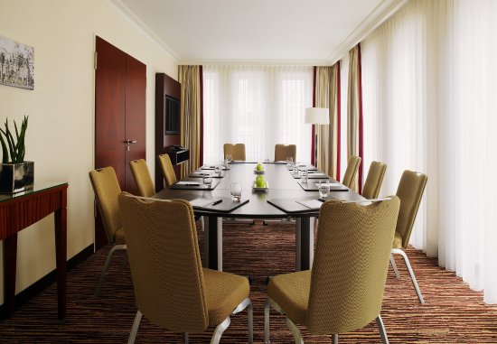 Berlin Marriott Hotel: Meeting Suite   Boardroom Setup