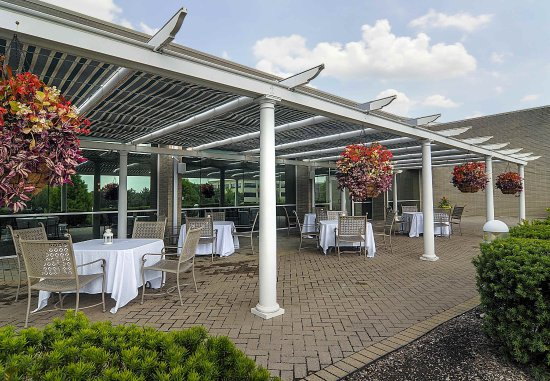 Chicago Marriott Southwest at Burr Ridge : Relax, meet and socialize on our hotel's Outdoor Patio.