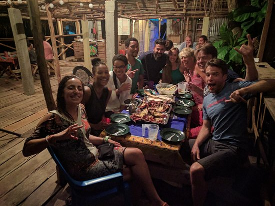 Tofo, Mozambique: Dinner time with friends, family and tourists from all over the world!