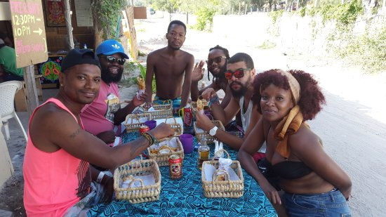 Tofo, Mozambique: Satisfied and happy customers enjoying lunch at Guju's