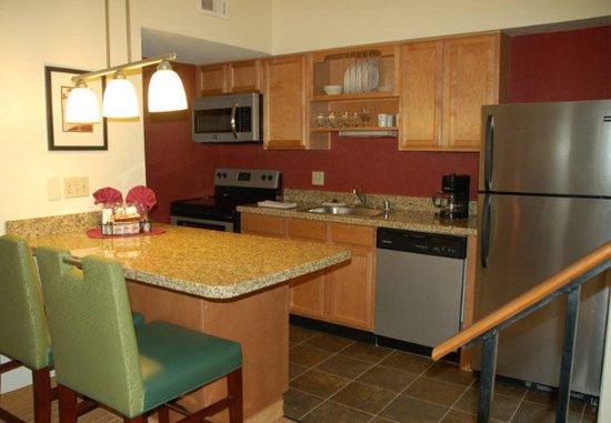 San Mateo, Californië: Deluxe Penthouse Suite Kitchen