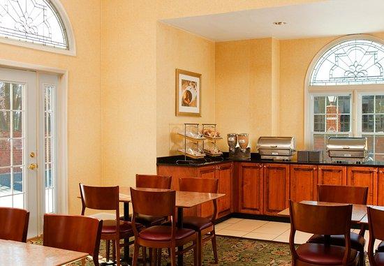 Residence Inn Kansas City Downtown/Union Hill: Breakfast Buffet