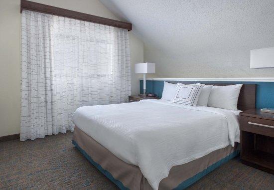 Berwyn, PA: Bi-Level Suite Loft Bedroom