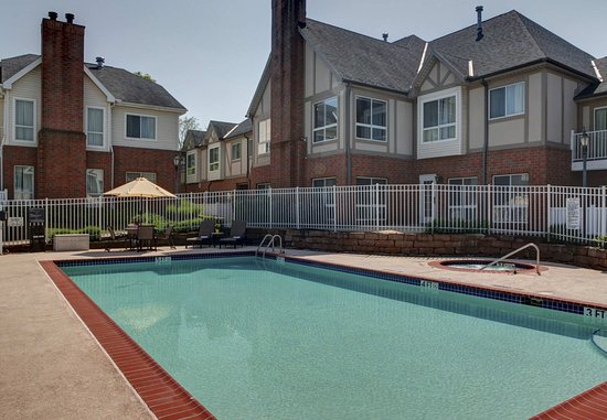 Independence, OH: Outdoor Pool & Whirlpool