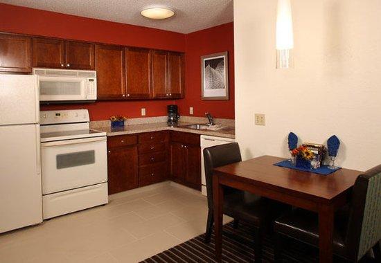 Holtsville, Estado de Nueva York: Suite Kitchen