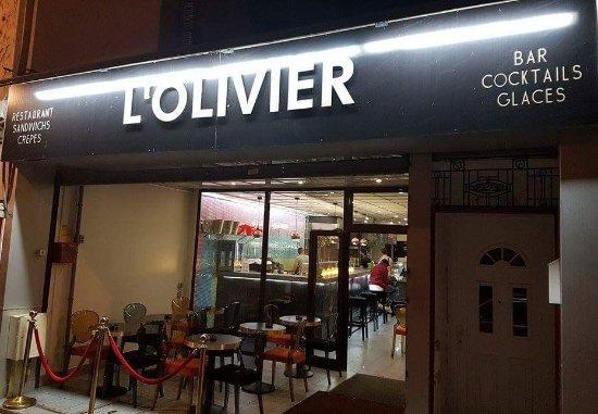 Les Mureaux, Frankreich: voici l' entrée du restaurant avec sa terrasse de 12 places