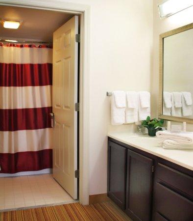 Lebanon, NH: Suite Bathroom