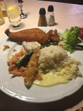 Kastrup, Dinamarca: Mixed fish with rice - very taste, bigger than it looks