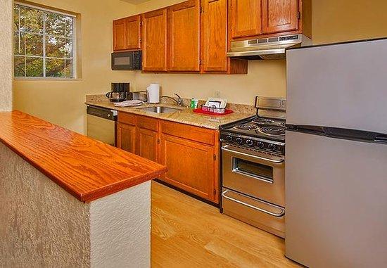 Falls Church, VA: Fully-Equipped Kitchen