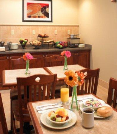 Lombard, Ιλινόις: Free Continental Breakfast