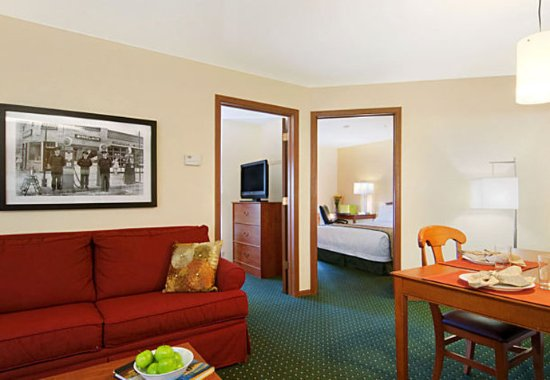 Brookfield, WI: Two-Bedroom Suite