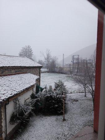 Boca de Huergano, Spanien: Vistas al patio trasero desde la habitación